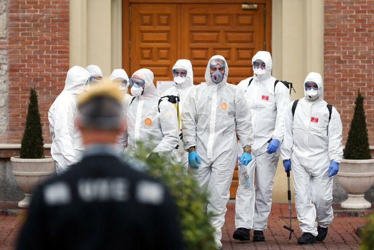 Soldaten desinfecteren een rusthuis in Madrid