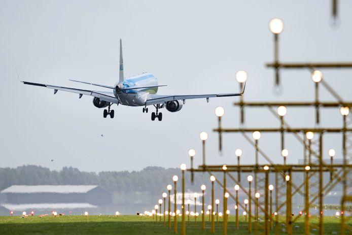 Een vliegtuig landt op Schiphol. Foto ter illustratie.