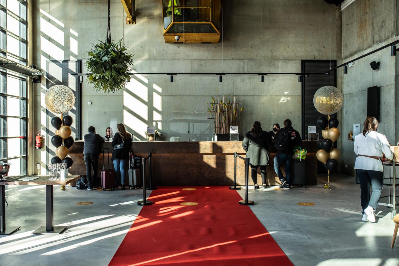 De entree van het gloednieuwe hotel  Inntel Landmark aan de VOC-kade op Oostenburg (centrum)