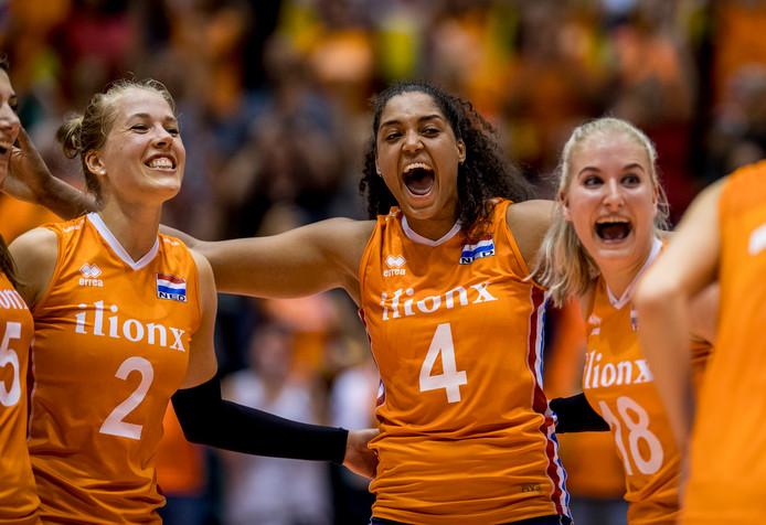 De Nederlandse volleybaldames tijdens de WK-kwalificatiewedstrijd tegen Griekenland.