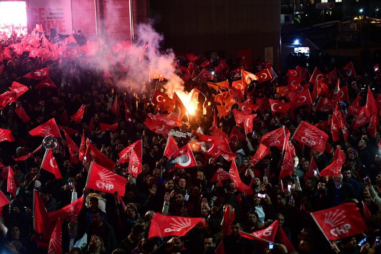 Voorstanders van de oppositiepartij CHP komen op straat in Ankara.  Beeld REUTERS