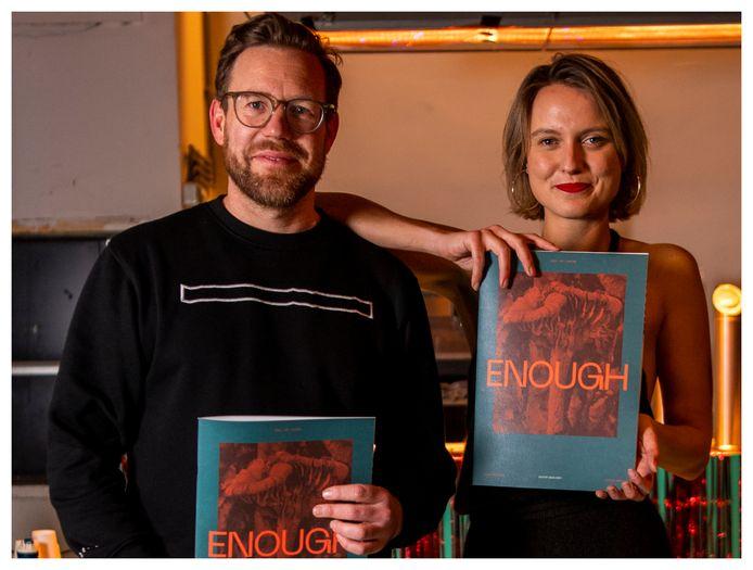 Lieke van der Wel en Jorn de Vries met het eerste exemplaar van het Enough Magazine.