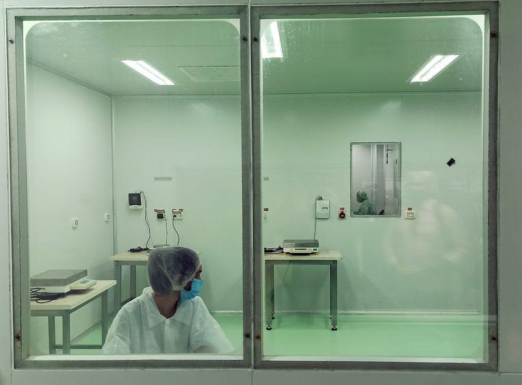 Cubaanse laboranten werken aan de nieuwe covidvaccins, Soberana 2 en Abdala. Beeld Hollandse Hoogte / EPA