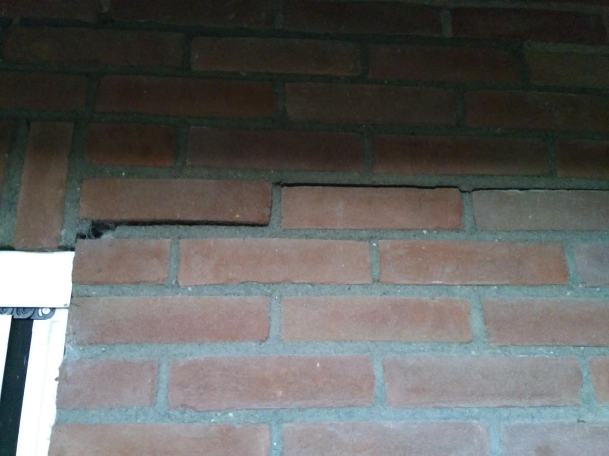Scheuren in een huis op Landgoed Hemmen, mogelijk ontstaan door de waterwinning in het gebied.
