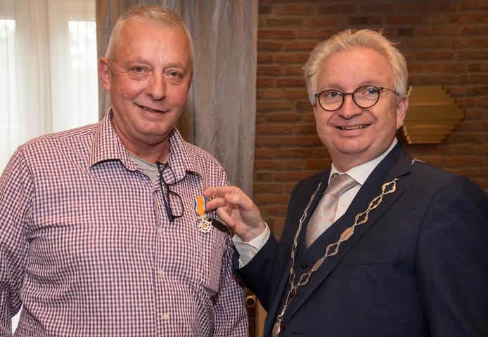 Wim Voet kreeg eerder dit jaar uit handen van burgemeester Gradisen een lintje.