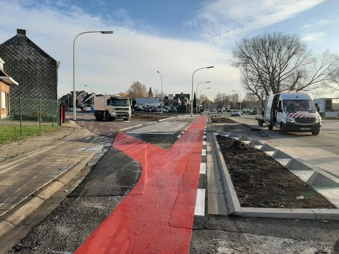 Het kruispunt Pastoor Coplaan met de Zwijndrechtsestraat werd vorig jaar heraangelegd maar de werken moeten nu al deels overgedaan worden.