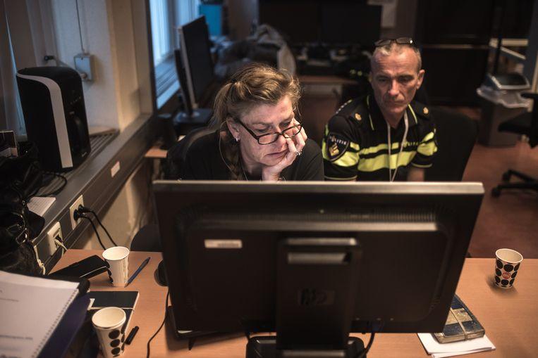 Wijkagent Ed en zedenrechercheur Corina Stoop tijdens een chatavond over de opgerolde wraakpornosite. Beeld Joris Van Gennip