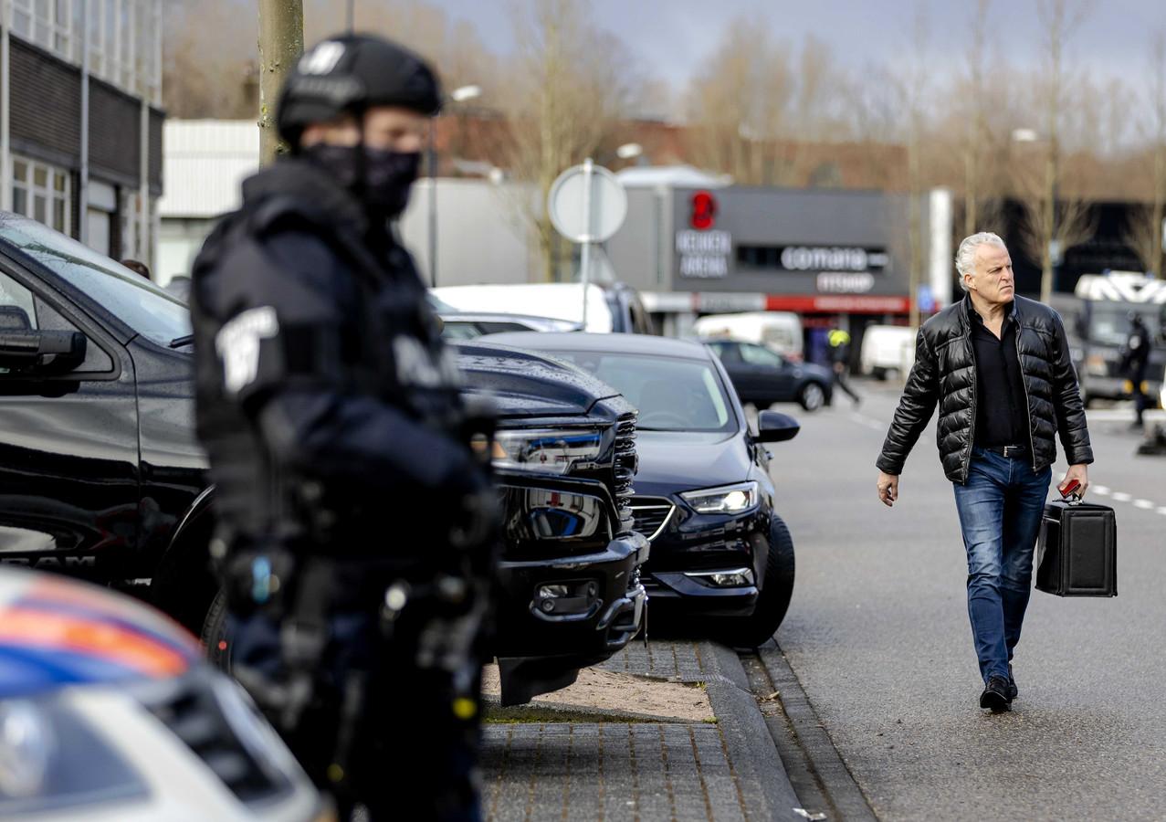 Peter R. de Vries komt aan bij de bunker, voorafgaand aan een zitting in het Marengo-proces. De vraag die nog boven de markt hangt: werd De Vries beveiligd, of waarom niet?