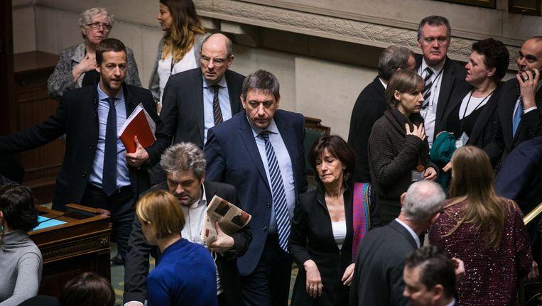 Ministers Jambon en Geens komen de Kamer binnen, waar heel wat parlementsleden hen het vuur aan de schenen zullen leggen. Beeld Bas Bogaerts