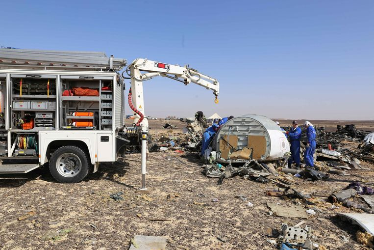 Russische experts onderzoeken de Airbus die vorige week in de Sinaï crashte. Een bom in een vliegtuig is een nieuwe tactiek voor IS. Beeld AP