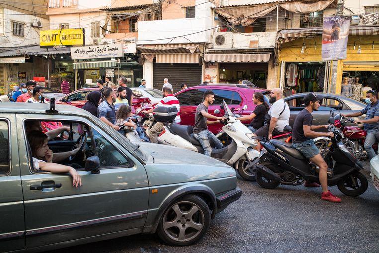 De Libanese bevolking heeft weinig met elkaar gemeen, maar de verkeerschaos is iets van hen samen. Hier een opstopping in de vluchtelingenwijk Shatila in Beiroet. Beeld NurPhoto via Getty Images