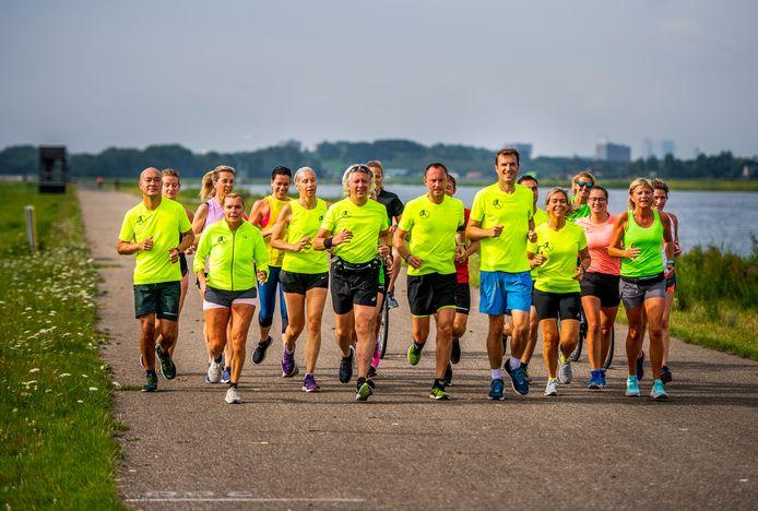 Lopers van Loopgroep Kralingen liepen zondag een duurloop van 17 kilometer langs de Willem-Alexander Baan in voorbereiding op de marathon.