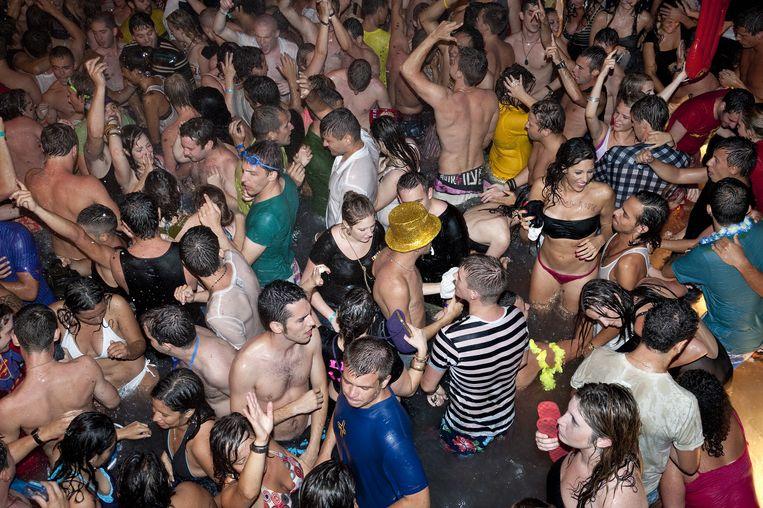 Een feestje op Ibiza, een andere populaire partybestemming. Kaat (17) plant alvast een tripje: 'Vorig jaar ging ik nergens heen, maar nu laat ik me niet vangen. In het najaar hangen we er toch weer aan, wedden?'  Beeld Nick Hannes