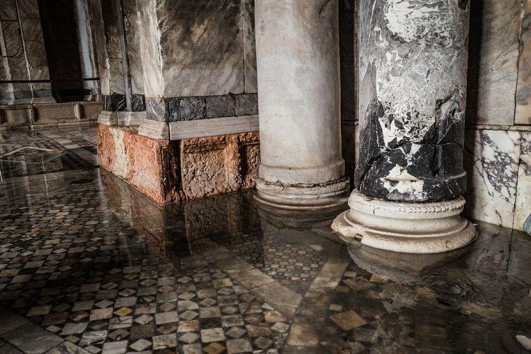 Water stroomt de San Marcobasiliek binnen waar het schade veroorzaakt.  Beeld Zolin Nicola