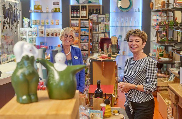 Voorzitter Anja Fleischeuer (rechts) en Anke van Rijswijk in de Wereldwinkel in Nistelrode.