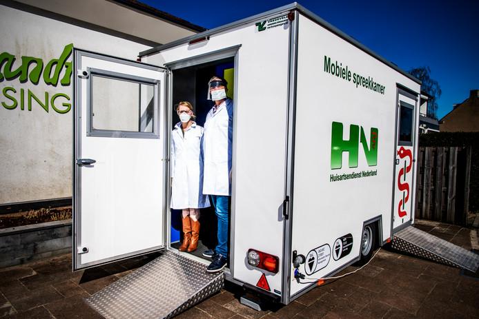 In Capelle aan den IJssel staat sinds vandaag een speciale container waar huisartsen coronaspreekuur houden.