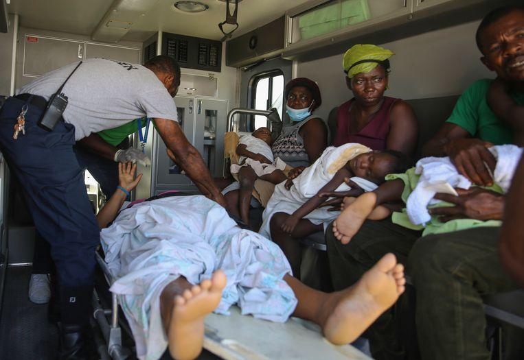 Gewonden worden naar het ziekenhuis gebracht. Beeld AP