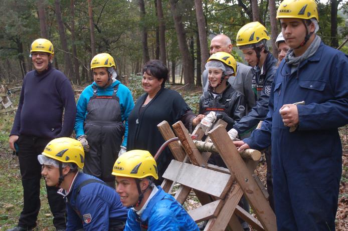 VSO-leerlingen poseren voor een groepsfoto met Sharon Dijksma als de staatssecretaris hun leerwerkplaats bij Staatsbosbeheer in Nistelrode bezoekt.