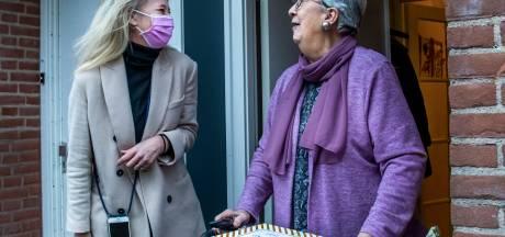 Utrechtse stichting verrast ouderen met cadeautjes en maaltijden: 'Sommigen komen het huis nauwelijks uit'
