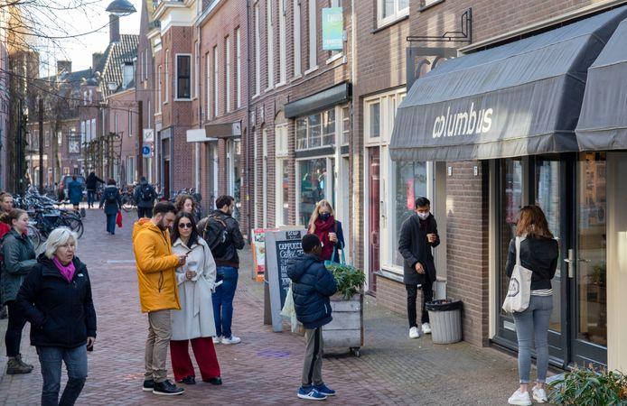 Waar die mensen in de Junusstraat in Wageningen op wachten? Koffie of thee to go van Columbus.