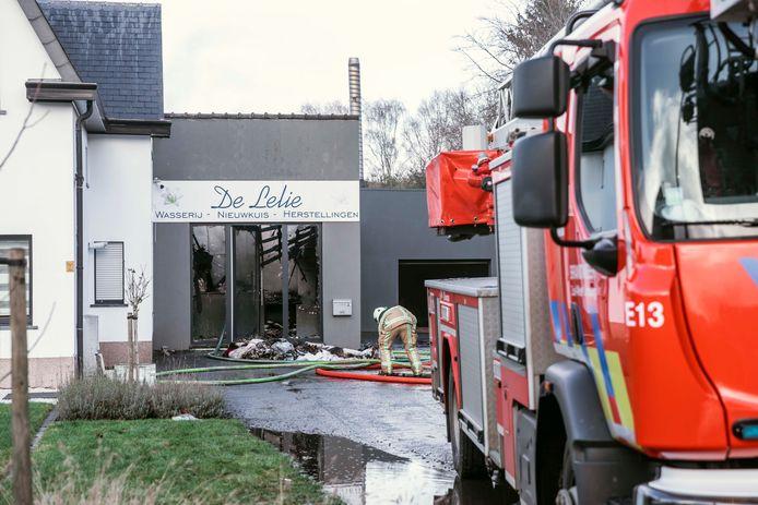 Helaas is wasserij De Lelie vanbinnen volledig uitgebrand.