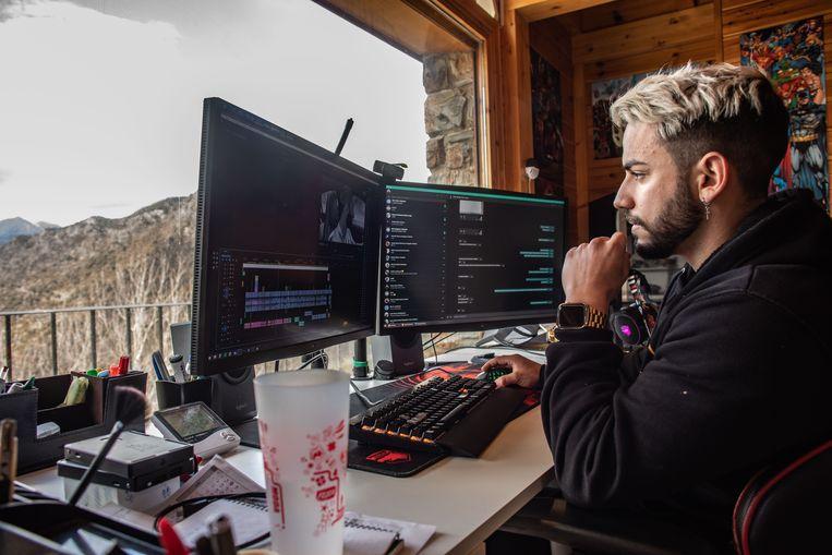 Corbacho op zijn werkplek met uitzicht op de bergen. Beeld César Dezfuli