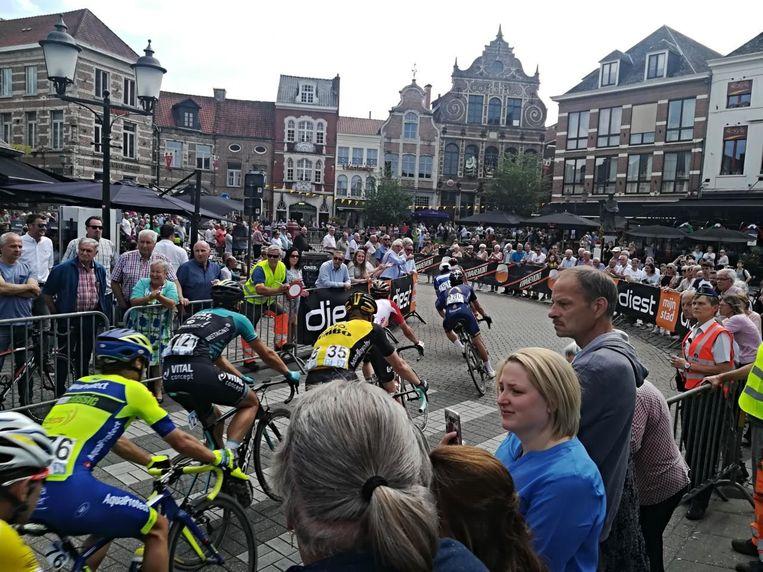 De renners passeren vijf keer door het stadscentrum. Op de ring rond de stad wordt grote verkeersdrukte verwacht.