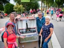 Henk uit Asten sleept zijn jukebox uit 1958 mee naar de Vierdaagse om zijn vriendin Jo aan te moedigen