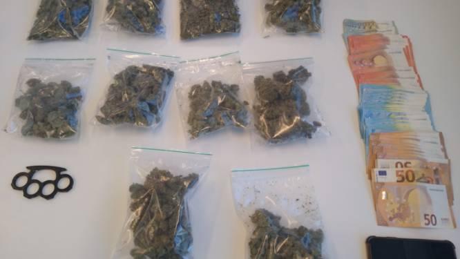 Politie vindt drugs, geld en verboden wapen bij controle voertuig na korte achtervolging