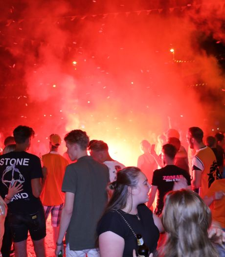 Apeldoorn viert toch weer 'verboden' feest op Oranjerotonde