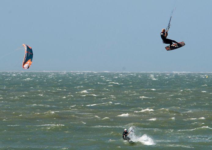 Kitesurfers zouden met hun snelle en onvoorspelbare bewegingen meer onrust geven voor vogels dan andere recreanten