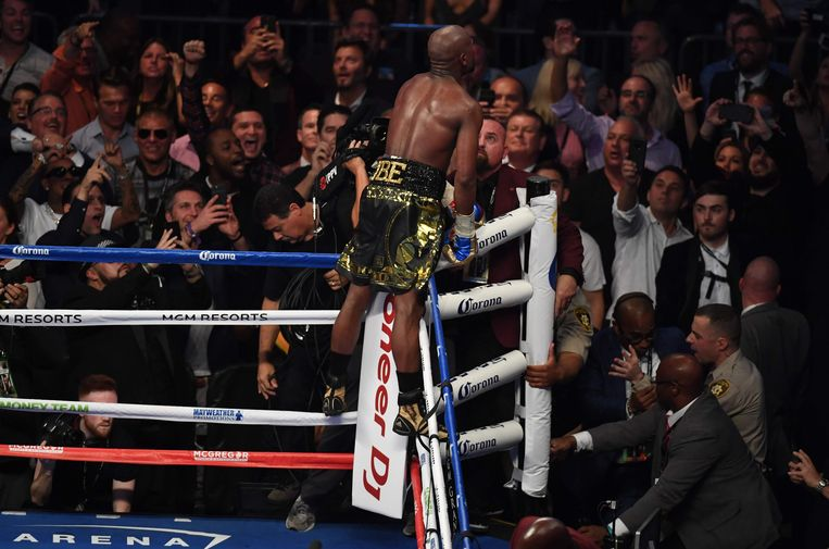 LAS VEGAS, NV - AUGUST 26: Floyd Mayweather Jr. celebrates his TKO of Conor McGregor in their super welterweight boxing match on August 26, 2017 at T-Mobile Arena in Las Vegas, Nevada.   Ethan Miller/Getty Images/AFP / AFP PHOTO / GETTY IMAGES NORTH AMERICA / Ethan Miller Beeld AFP