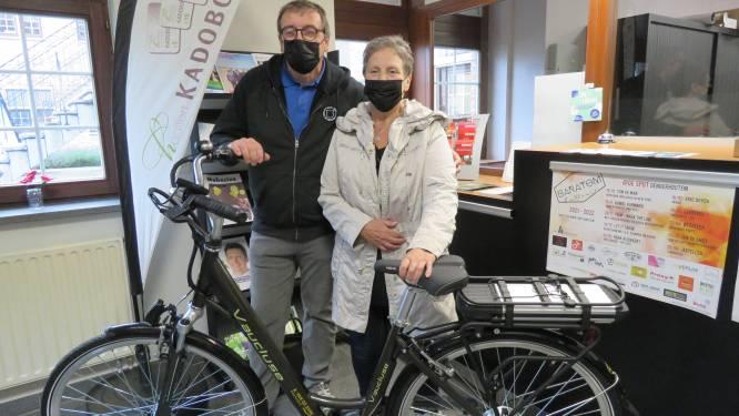 Greta neemt als winnares feestmarkt elektrische fiets in ontvangst
