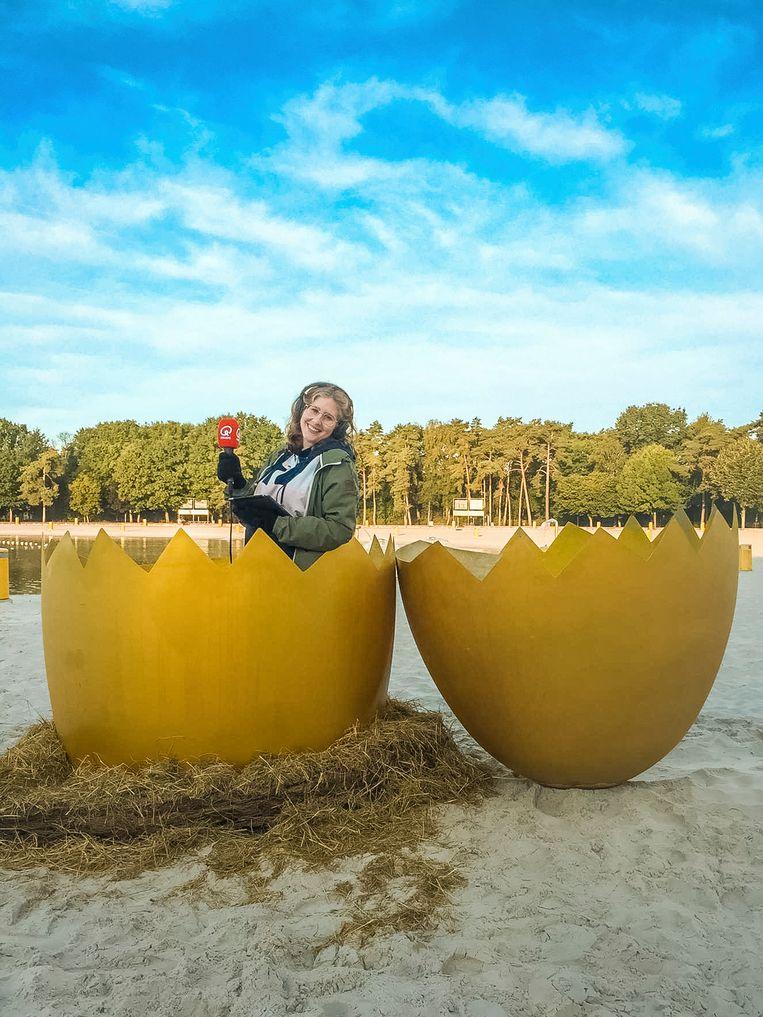 Inge zat 3 uur lang in een gouden ei van 2 meter hoog aan het Zilvermeer in Mol.