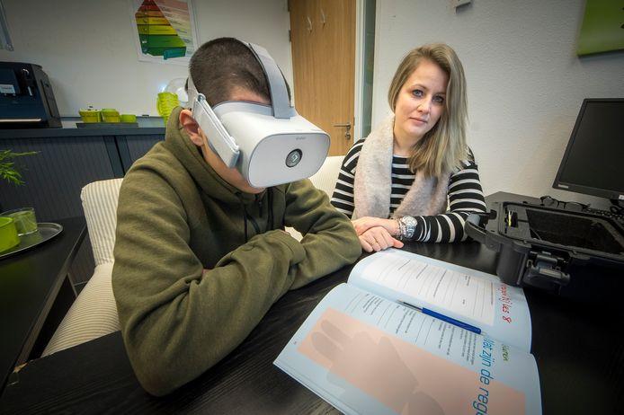 VR-iendje in gebruik bij De Bouwsteen  een leerling volgt de lessen via een VR-bril op de foto met Anouk Brand (Ambiq).