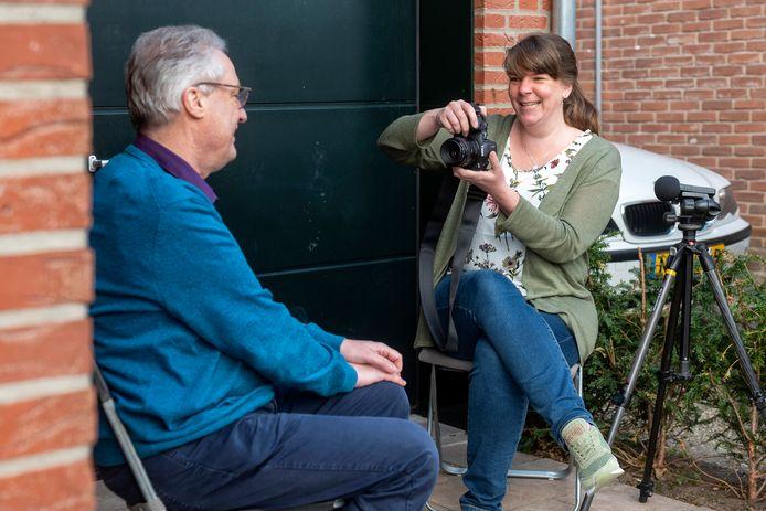 Fenneke Visscher bezig met haar portret van plaatsgenoot Willem Kruithof (56).