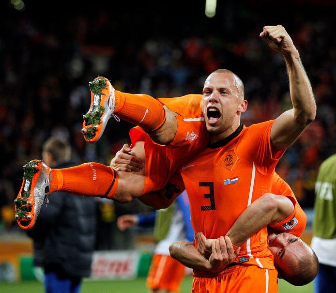 John Heitinga heeft Wesley Sneijder op zijn schouders genomen na Nederland - Uruguay (3-2) op het WK 2010 in Zuid-Afrika.