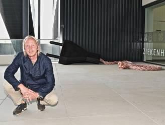 """Christo° schenkt kunstwerk vol symboliek aan AZ Delta: """"Belangrijk om de mensen weer samen te brengen"""""""