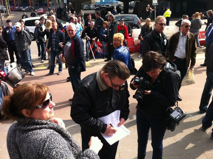 De demonstranten ondertekenen de collectieve aangifte tegen Hubert Bruls. Foto: DG