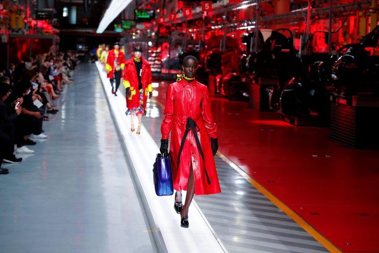 Een catwalk met veel Ferrari-rood, en dat is geen toeval. Beeld REUTERS