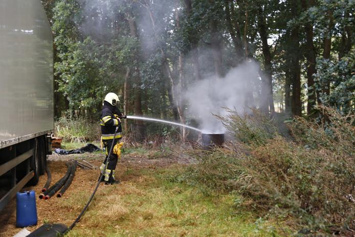 De brandweer heeft twee brandende tonnen geblust in Katwijk.