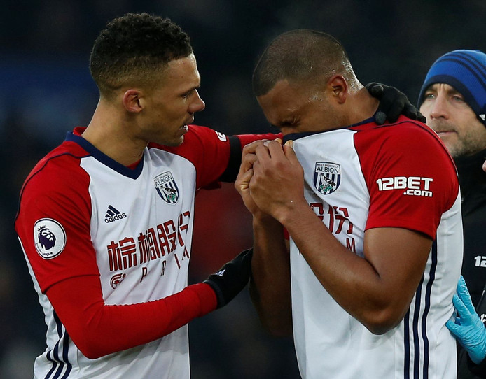 """Soccer Football - Premier League - Everton vs West Bromwich Albion - Goodison Park, Liverpool, Britain - January 20, 2018   West Bromwich Albion's Kieran Gibbs consoles Salomon Rondon after his challenge led to an injury to Everton's James McCarthy (not pictured)    REUTERS/Andrew Yates    EDITORIAL USE ONLY. No use with unauthorized audio, video, data, fixture lists, club/league logos or """"live"""" services. Online in-match use limited to 75 images, no video emulation. No use in betting, games or single club/league/player publications.  Please contact your account representative for further details. © PHOTO NEWS / PICTURE NOT INCLUDED IN THE CONTRACTS  ! only BELGIUM !"""