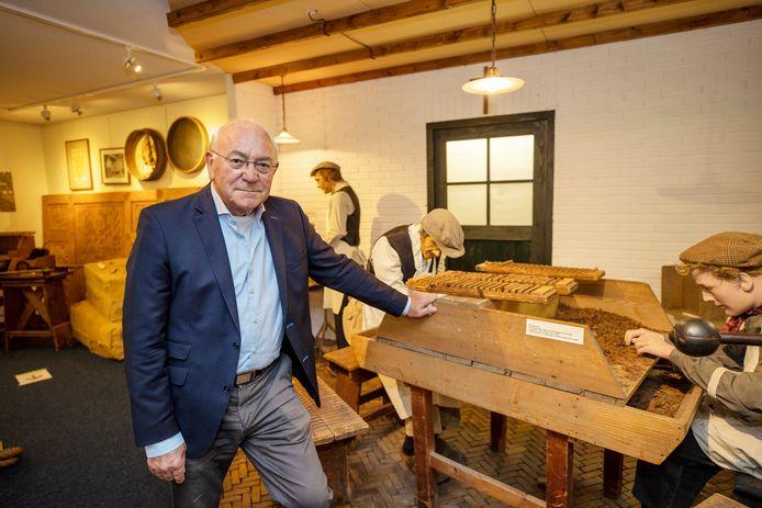 Ben Mondelaers bij de opstelling van een oude sigarenwerkplaats in het Valkerij en Sigarenmakerij Museum in Valkenswaard