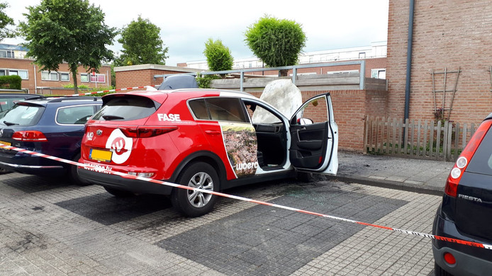 Een auto van mediabedrijf Woerden TV ging in vlammen op.