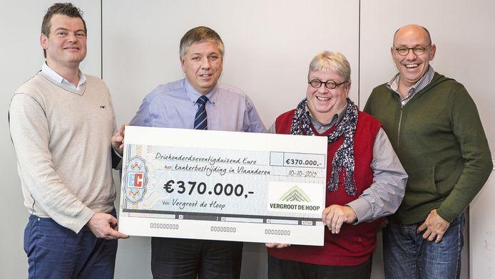 Bart Van Hulle, Minister Jo Vandeurzen, Luc Caals and Kurt Defrancq met de cheque.