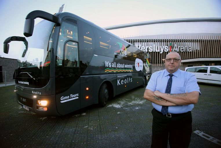 Chauffeur Ian Durham bij de nieuwe bus van de Oostendse voetbalploeg.