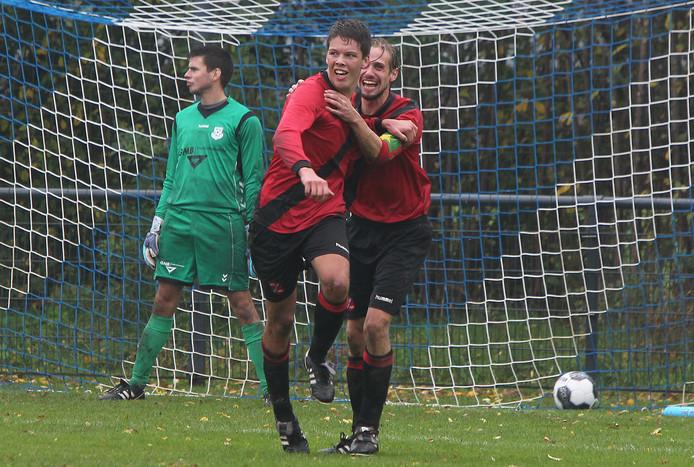 Gijs Martens van Holten heeft de 2-4 gemaakt, Daan Wissink viert dat met hem. In de achtergrond een teleurgestelde keeper van Lettele.