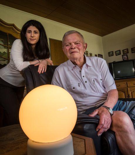 Slimme lamp uit Twente wint UT-prijs: 'Je kunt een lichtsignaal afgeven aan opa'
