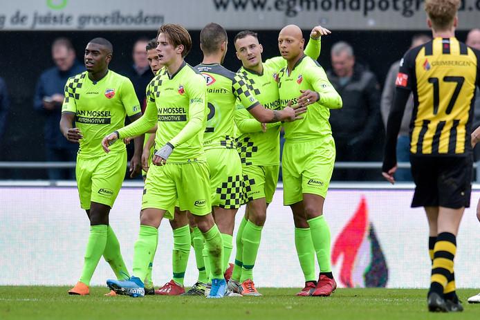 Kay Tejan van Kozakken Boys (uiterst rechts) zette zijn ploeg vanaf de penaltystip op 0-1.