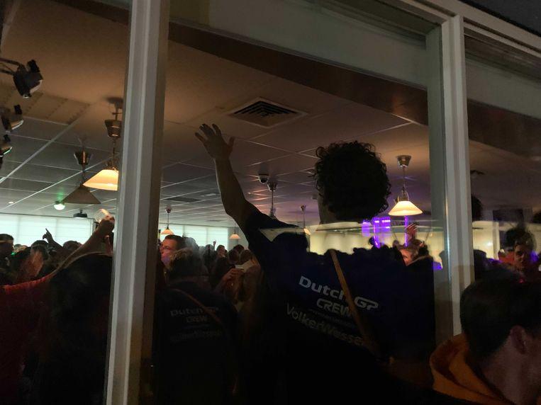 Een crewlid houdt de feestende massa in de gaten. Beeld Redactie